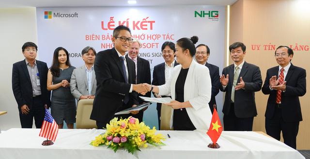Ông Vũ Minh Trí - Tổng Giám đốc Microsoft VN - ký kết cùng đại diện Tập đoàn Nguyễn Hoàng.