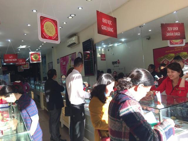 Tại Huế, người dân cũng hăm hở đi mua vàng lấy lộc đầu năm.