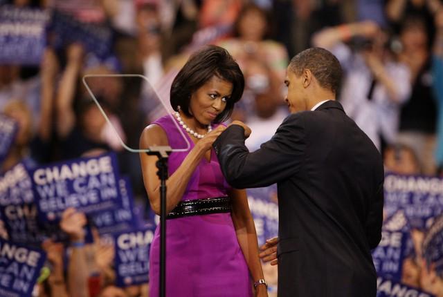 Bà Michelle Obama mặc chiếc váy màu tím của nhà thiết kế Maria Pinto trong đêm mà ông Barack Obama dành được đề cử của Đảng Dân chủ.