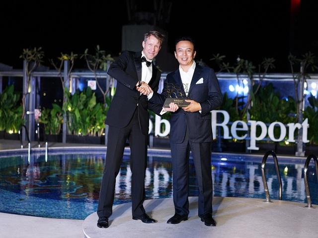 Ông Murat Utemisov – CEO của Kusto Home đại diện nhận giải thưởng Best of the best 2016 cho dự án Diamond Island.