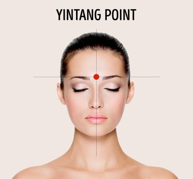 Điểm giữa hai lông mày: Massage vị trí này giúp các dây thần kinh ở phần mũi và trán thư giãn, loại bỏ sự mệt mỏi ở vùng mắt.