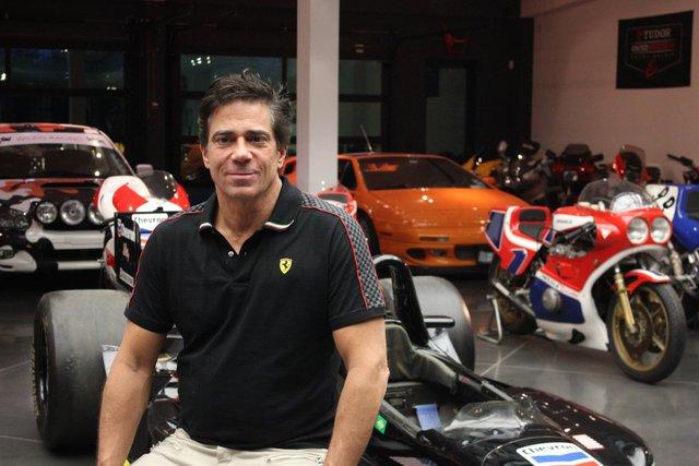Alan Wilzig bên những chiếc siêu xe.