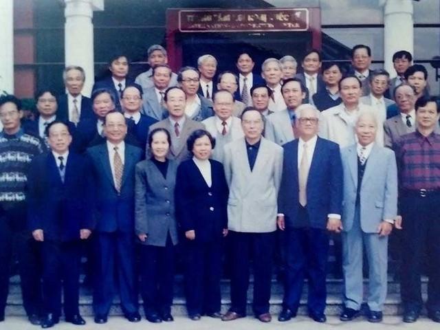 Thủ tướng Phan Văn Khải và Ban nghiên cứu (nguồn internet)