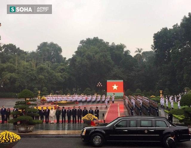 Xe của tổng thống Mỹ tới quảng trường Phủ chủ tịch, địa điểm tổ chức Lễ đón chính thức