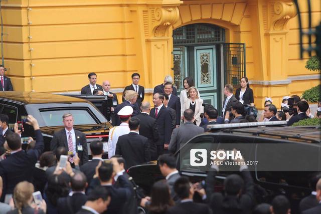 Chủ tịch nước Trần Đại Quang ra đón tổng thống Trump