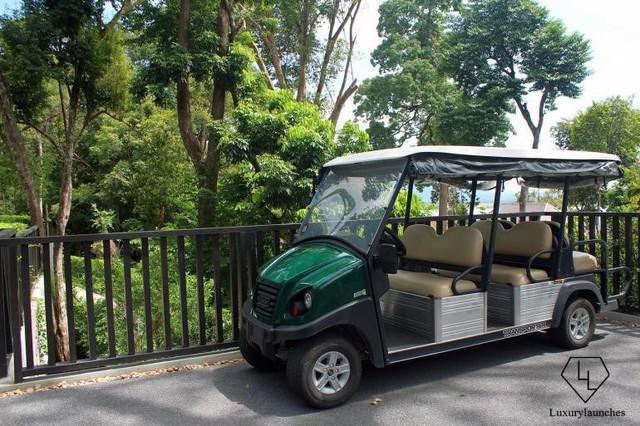 Những chiếc xe điện êm ái đi vòng quanh khu nghỉ mát thân thiện.