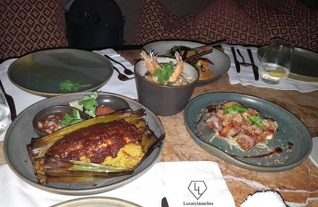 Thịt bò Sataya Malaya và xiên gà nướng với nước sốt đậu phộng, hoặc Popia Basah, một cuộn lò xo khoả ăn kèm nước sốt ớt dán.