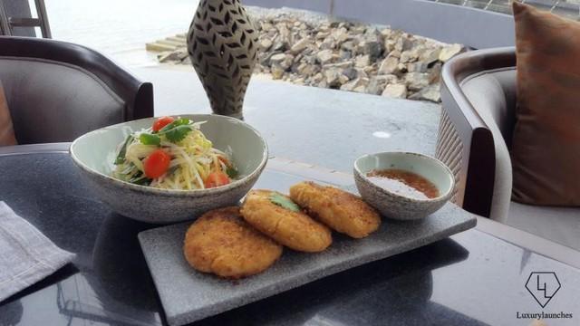 Bắt đầu với Bánh cua Andaman Cà chua và salad xoài xanh + gừng, ớt và nước chanh.