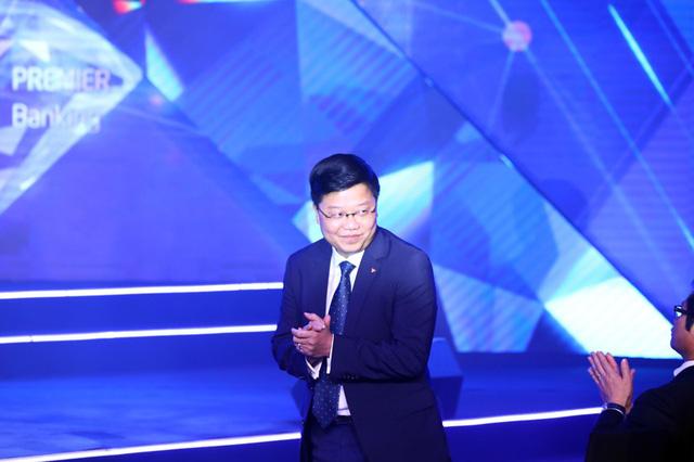 CEO Nguyễn Hưng chào và nói lời cảm ơn đối với những khách hàng cao cấp của TPBank