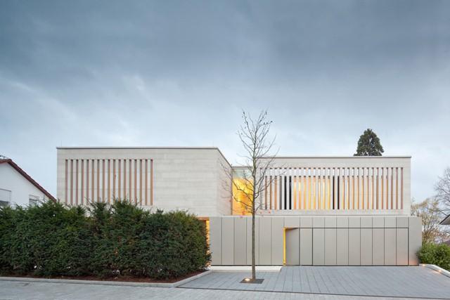 Nhà riêng này được xây dựng trên diện tích khoảng 2.000 mét vuông trong khu dân cư chính của Weinheim (Bergstrasse) của một gia đình có năm người.