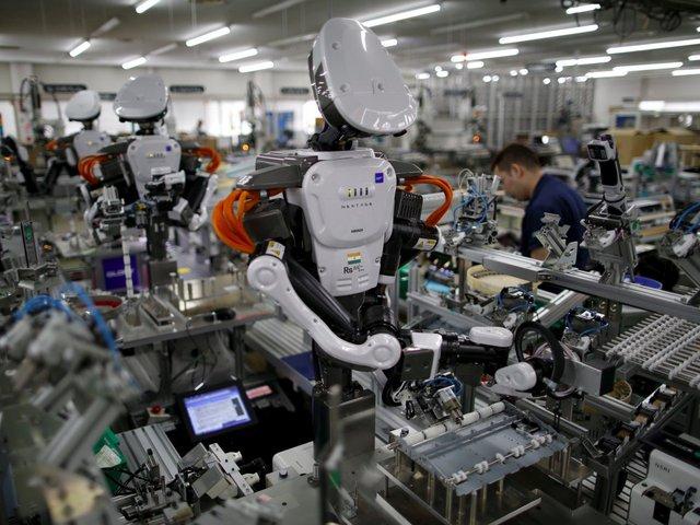 Đội sổ trong bảng thống kê này là công nhân làm việc trong các nhà máy. Tự động hóa khiến họ chiếm tới 19% tổng số việc làm bị thay thế. Ảnh: Reuters