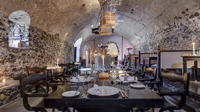Santorini sở hữu một trong những hầm dự trữ rượu nho ngon nhất châu Âu.
