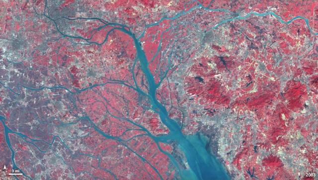 Kế hoạch nhập các thành phố lớn như Bắc Kinh vào những vùng ngoại ô nhỏ hơn để tạo thành các siêu thành phố lớn số dân hơn 10 triệu người đang được triển khai. Dưới đây là hình ảnh cây cầu Hong Kong-Zhuhai-Macao đang xây dựng, nối 3 thành phố với nhau và giảm thời gian di chuyển ở vùng đồng bằng Châu Giang.