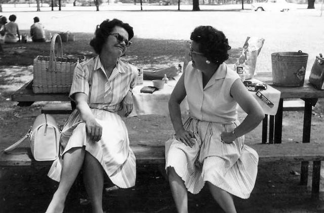 Thời trang những năm 1950 – những bộ váy xòe rộng chiết eo.