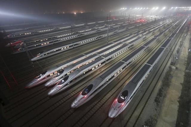 Giao thông vận tải sẽ đóng vai trò quan trọng trong việc kết nối các siêu thành phố. Trung Quốc hi vọng có thêm nhiều đường cao tốc và đường sắt sẽ cho phép người lao động giảm bớt thời gian đi lại giữa nơi ở và nơi làm việc.