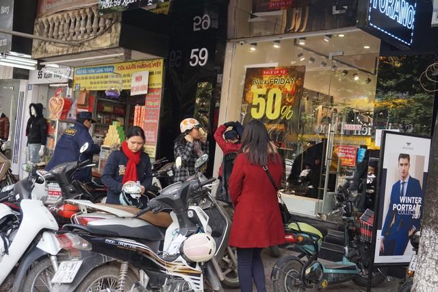 Nhiều siêu thị, TTTM, cửa hàng ở Hà Nội chạy trương trình giảm giá khủng nhân dịp Black Friday, hứa hẹn sẽ là cơ hội mua sắm lớn nhất trong năm đối với người tiêu dùng.