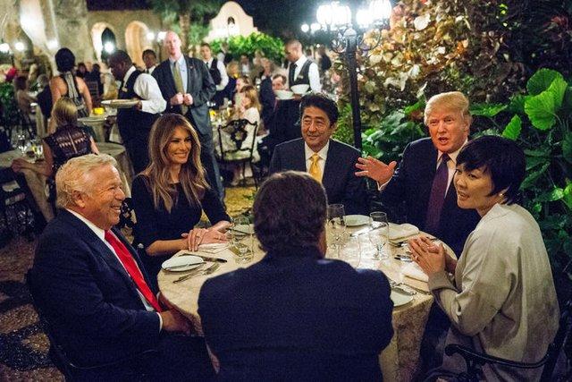 Bữa tối thân mật giữa vợ chồng ông Abe và vợ chồng ông Trump. Nguồn: New York Times.