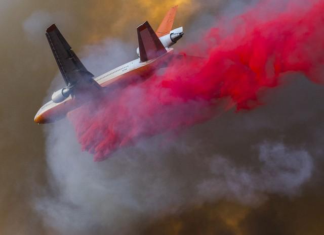 Máy bay được huy động để rải hóa chất dập lửa.