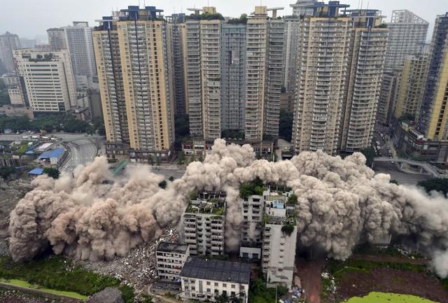 Phá hủy các tòa nhà cũ nát đã trở thành việc hết sức phổ biến ở Trung Quốc. Để cung cấp chỗ ở cho hàng trăm triệu người di cư từ nông thôn lên thành thị, Chính phủ Trung Quốc chấp nhận hi sinh nhiều thứ. Dưới đây là hình ảnh một khu dân cư bị giải tỏa để làm dự án giao thông.