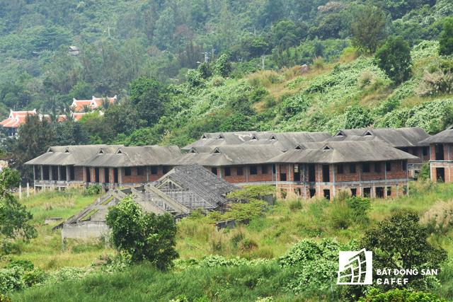 Khu vực Sơn Trà, cũng là nơi có nhiều dự án nghỉ dưỡng mọc lên, nhưng bên cạnh những vùng cây xanh mướt có khá nhiều dự án đang để hoang, xây dựng dang dở.