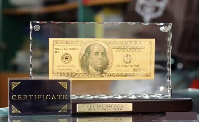 Tờ 100 USD bằng vàng 9999 được mạ vàng ròng 24 Karat, hàng nhập nguyên chiếc từ Mỹ có giá dao động từ 2,6 triệu - 3 triệu đồng.