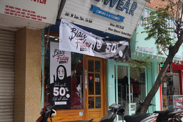 Đi dọc các tuyến phố, đâu đâu cũng nhìn thấy những tấm biển quảng cáo ghi giảm giá lớn trong dip Black Friday