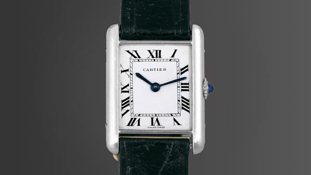 Giống như Rolex Submariner, chiếc đồng hồ Cartier Tank cũng là mẫu đồng hồ hay bị nhái nhất thế giới. Nhưng suốt quá trình lịch sử, nó vẫn là một mẫu đồng hồ rất độc đáo và hiếm có. Ra mắt năm 1918 với thiết kế lấy cảm hứng từ hình bóng khi nhìn từ trên cao xuống của những chiếc xe tăng trong Thế chiến I, chiếc đồng hồ này chỉ được sản xuất số lượng giới hạn trong nhiều năm (dưới 100 chiếc mỗi năm). Ngày nay, kiểu dáng đồng hồ Cartier Tank đã phổ biến hơn và được biến tấu đa dạng hơn. Tuy nhiên, thiết kế ban đầu của nó vẫn được ưa chuộng và có sức hút nhiều nhất.