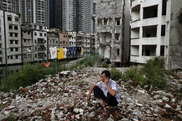 Không có đủ tiền mua nhà, nhiều lao động nhập cư chọn sống trong những ngôi nhà cũ kỹ đổ nát nằm ngay cạnh các khu văn phòng sang trọng.
