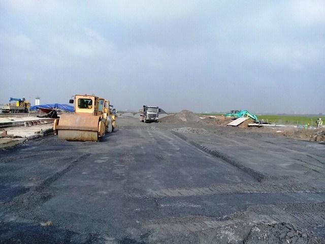 Các đơn vị thi công đang đẩy nhanh tiến độ xây dựng 8 vị trí bãi đỗ tàu bay ở khu vực phía Bắc. Ảnh: Phan Tư/Báo Giao thông