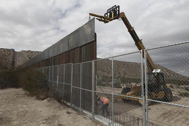 Xây tường dọc biên giới Mỹ - Mexico tốn kém hơn nhiều so với dự tính của ông Trump.