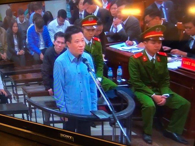 Hà Văn Thắm trả lời chất vấn của HĐXX. Ảnh: Tùng Lâm
