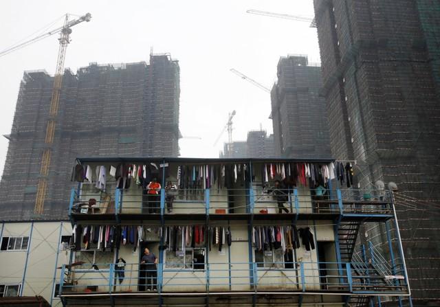 Đây là hình ảnh một ngôi nhà được xây lên ngay trong công trường xây dựng ở Quảng Đông, phục vụ riêng cho công nhân nhập cư.
