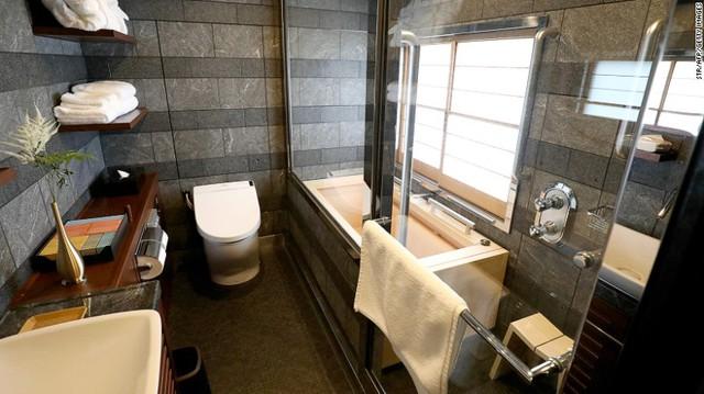 Phòng tắm sang trọng, rộng rãi như ở khách sạn 5 sao.