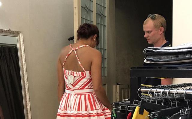 Luôn quan tâm, kết nối với cảm xúc cảu bạn đời, người đàn ông ân cần giúp vợ chọn váy.