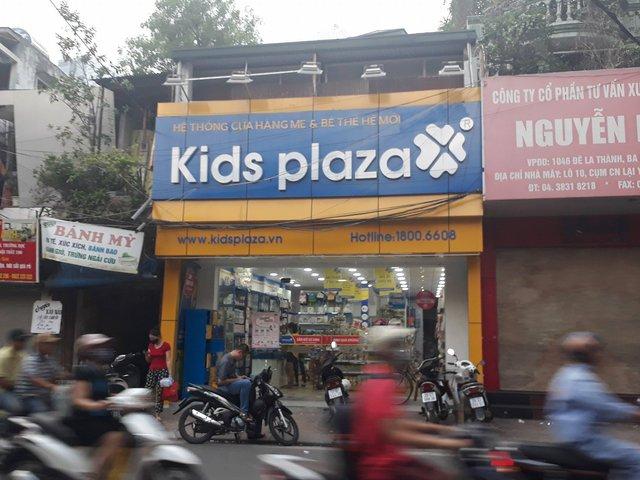Cửa hàng Kids Plaza đối diện với Bệnh viện Phụ sản Hà Nội. Khách thường đến đông từ thứ 2 đến thứ 6 vì khám thai và tranh thủ mua sắm. Giá trị đơn hàng ở đây thường không lớn.