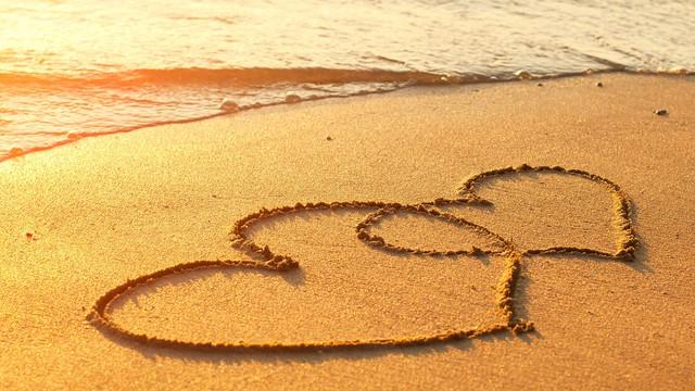 """""""Đi qua tình yêu, bạn có thể thoát ra. Rơi vào tình yêu, bạn sẽ ở trong nó mãi mãi""""."""