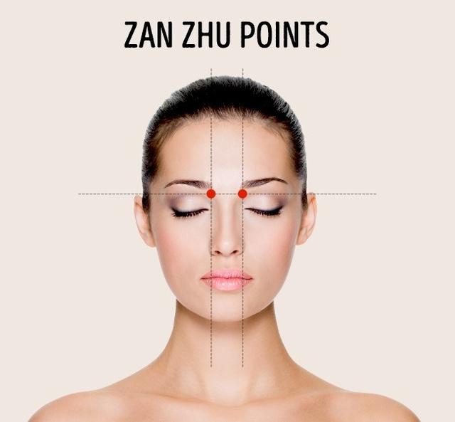 Hai điểm đầu lông mày: Massage ở 2 vị trí này giúp giảm chảy nước mũi và cải thiện thị lực. Hãy xoa bóp liên tục bằng cách ấn nhẹ hoặc di chuyển vòng tròn trong 1 phút.