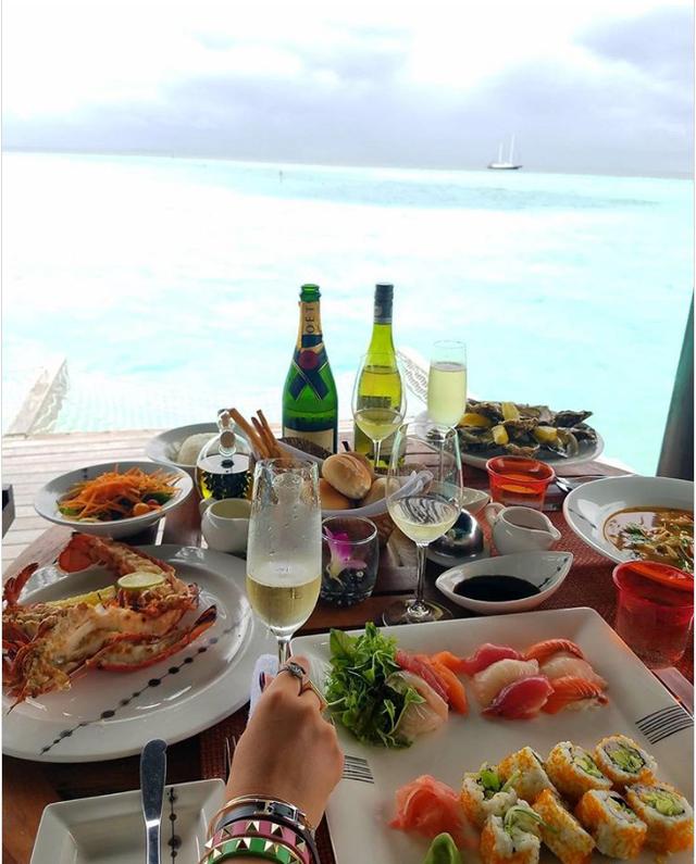 Và thưởng thức những bữa ăn ngon miệng giữa biển...