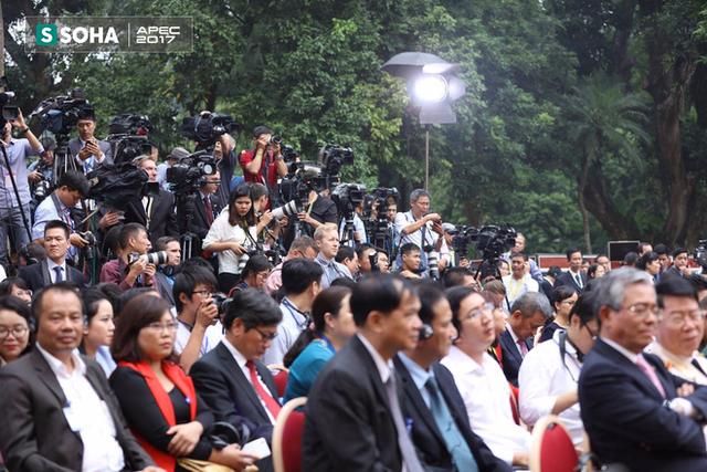Các cơ quan truyền thông và đại biểu dự họp báo
