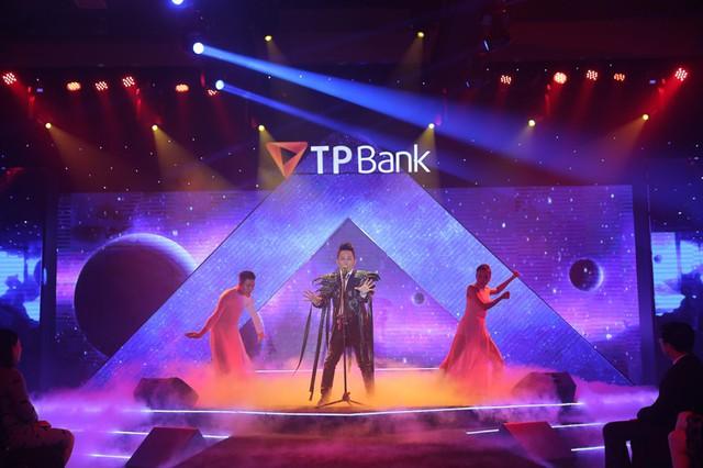Divo của nhạc Việt - Ca sĩ Tùng Dương trình diễn trên sân khấu trên nền hiệu ứng mang màu sắc không gian