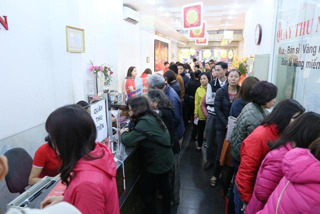 Cửa hàng vàng đông nghịt khách tại điểm 27B Phan Đình Phùng