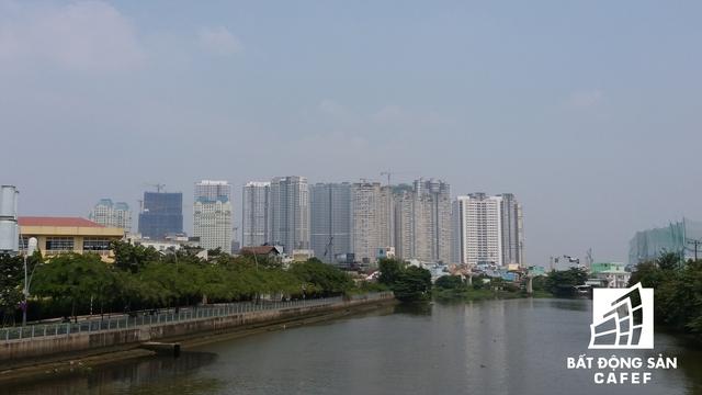 Khu vực quận 4 đoạn chạy dọc sông Sài Gòn và kênh Tàu Hủ - Bến Nghé cũng đang ngày càng thay da đổi thịt với nhiều dự án chung cư cao tầng.