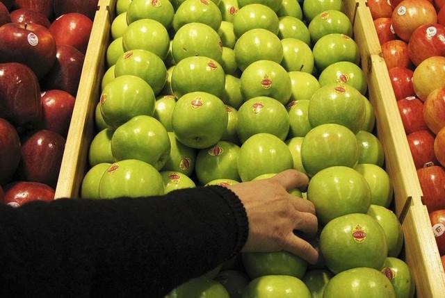 Cùng với các loại táo thường, táo biến đổi gen đã được bày bán tại các cửa hàng tại Mỹ