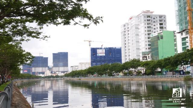 Bến Vân Đồn chỉ có 4 làn xe nhưng tràn ngập dự án cao tầng.