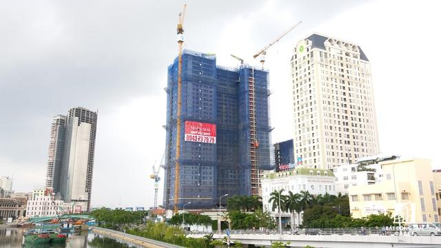 Dự án Saigon Royal Residences dự kiến sẽ bàn giao nhà vào cuối năm nay. Bên cạnh là một dự án khác của Novaland đã hoàn thành.