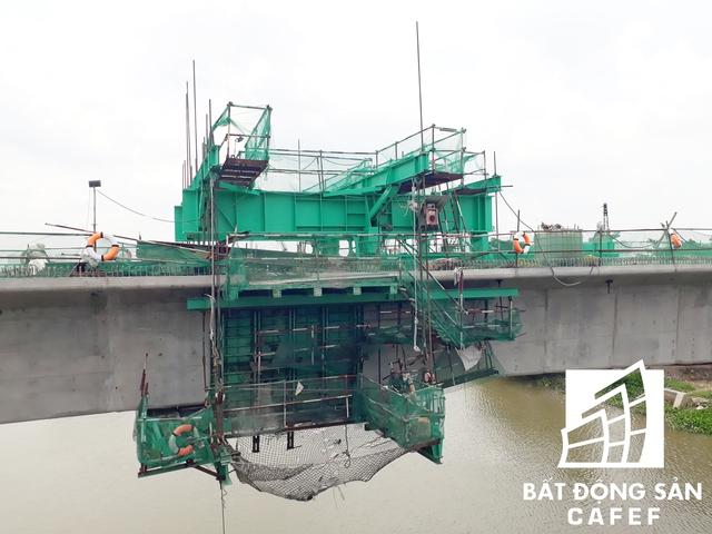 Các đoạn đường sắt băng qua sông Sài Gòn đang được lắp đặt bằng robot chuyên dụng.
