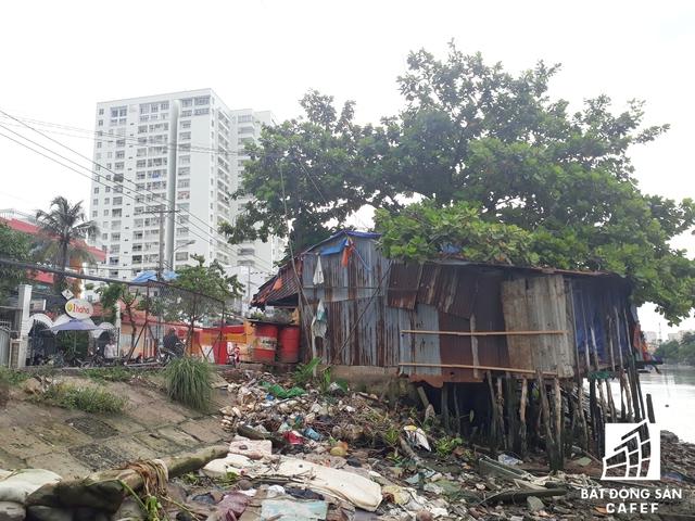 Đây là những hình ảnhvẫn đang tồn tại tại khu đô thị hiện đại nhất TP.HCM là Phú Mỹ Hưng. Cạnh hàng loạt những tòa nhà cao tầng là hàng trăm căn nhà ổ chuột như thế này sống tạm qua ngày.