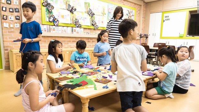 Các em nhỏ ở Taesung được học tập tại một ngôi trường khang trang. (Ảnh: CNN)