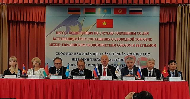 Các đại sứ thuộc Liên minh Kinh tế Á-Âu và đại diện Bộ Công thương tại buổi họp báo. Ảnh: Minh Tuấn