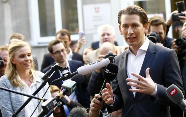 Ông Kurz phát biểu trước báo giới sau khi bước ra khỏi một điểm bỏ phiếu ở Vienna. (Ảnh: Reuters)